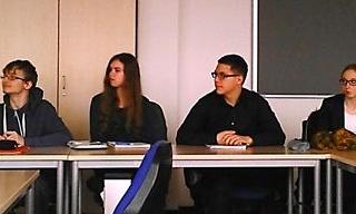 """Justin, Larissa, Robert und Jennifer verfolgen das """"Strukturierte Interview"""", das Vanessa Peters im Anschluss an ihren Vortrag mit einem Mitschüler durchführt."""